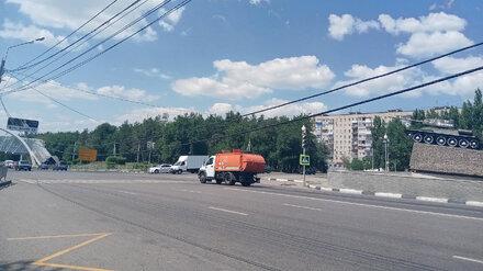Провода опасно нависли над оживлённой дорогой в Воронеже