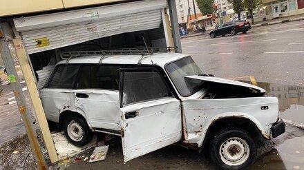 Ночью в Воронеже ВАЗ разгромил киоск: водитель в больнице