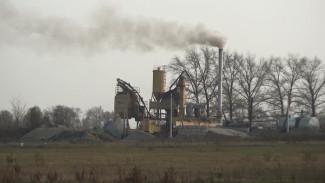 «Нечем дышать». Жители воронежского села пожаловались на удушающий дым с завода по соседству