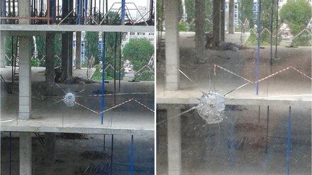 Неизвестные обстреляли окна многоэтажки возле скандальной стройки медцентра в Воронеже