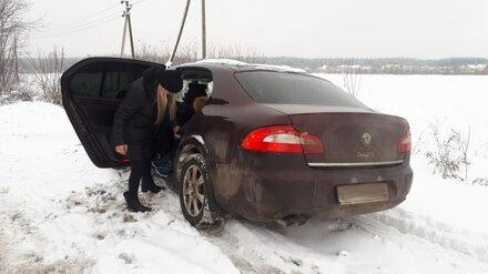 Воронежские полицейские спасли застрявшую в снегу автомобилистку с 2 детьми