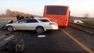 На воронежской трассе в ДТП с рейсовым автобусом погиб водитель иномарки