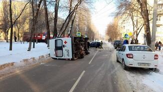 В Воронеже иномарка столкнулась со скорой: пострадал фельдшер