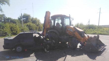 Экскаватор раздавил легковушку на воронежской трассе: водитель погибла