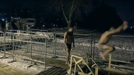 Спасатели показали видео экстремального прыжка в прорубь на Крещение в Воронеже