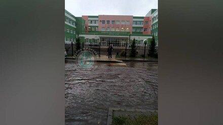 Переход у главного входа воронежской школы затопило во время ливня