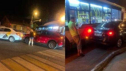 В Воронеже в двойном ДТП на перекрёстке столкнулись автобус и три легковушки