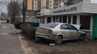 В Воронеже иномарка врезалась в здание шиномонтажа: 2 человека в больнице