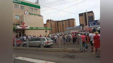 Многочасовую очередь на ковидный тест в медцентре показали в Воронеже
