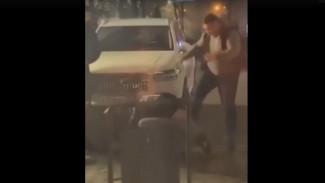 В центре Воронежа таксист избил женщину и мужчину: появилось видео