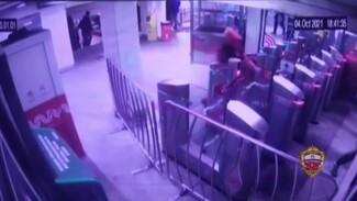Появилось видео задержания троих парней, избивших в Москве воронежца