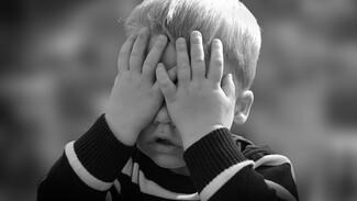 В Воронеже пьяный мужчина избил 2-летнего ребёнка во дворе дома