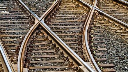 КамАЗ столкнулся с поездом на железнодорожном переезде в Воронежской области