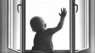 В Воронеже 2-летняя малышка умерла после падения из окна первого этажа