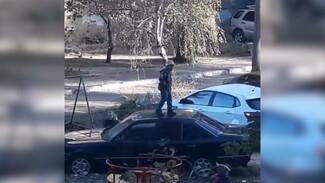 В Воронеже дети попрыгали на крыше Mercedes: появилось видео