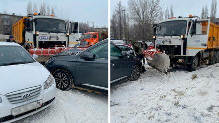 На парковке в Воронеже снегоуборщик разбил ковшом автомобиль