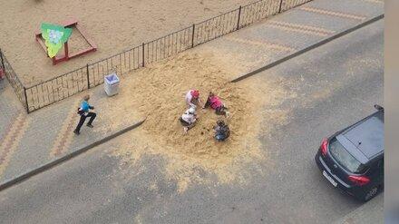 В воронежском райцентре УК сделала песочницу для детей посреди дороги