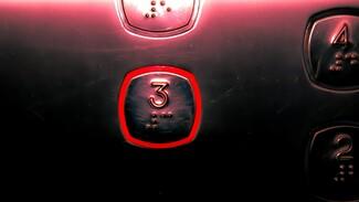 Жителей воронежской многоэтажки лишили двух лифтов на 4 месяца