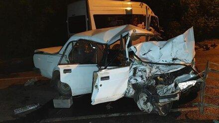 В Воронеже «ВАЗ» вылетел на «встречку» и врезался в микроавтобус: погибли двое