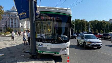 У главной площади Воронежа автобус №5А врезался в столб: пострадала женщина