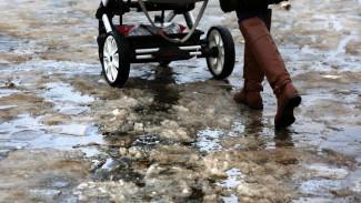 В Воронеже глыба льда рухнула на женщину с коляской