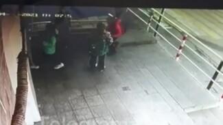 СК проверит видео избиения 11-летнего ребёнка у школы в Воронеже