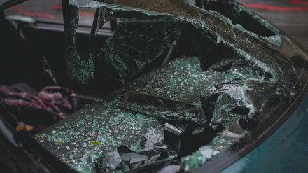 Попавшего в ДТП воронежского автомобилиста доставали из машины спасатели
