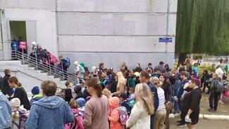 Воронежцы возмутились давкой на входах в школу из-за новых коронавирусных правил