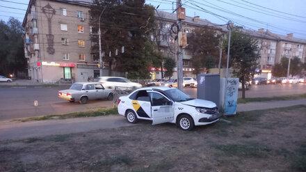 В Воронеже машина «Яндекс.Такси» вылетела на тротуар после столкновения с «Жигулями»