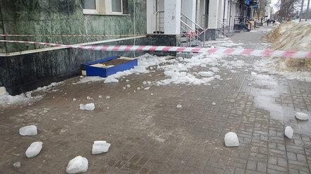 Воронежцы начали жаловаться на падающие с крыш домов сосульки