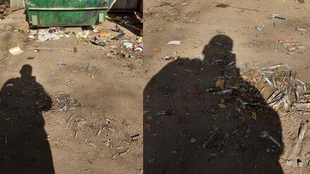 Воронежцы заметили похожие на ПЦР-тесты разбросанные у мусорки пробирки