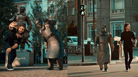 Воронежец «оживил» памятник Маршаку и прогулялся с ним по центру города