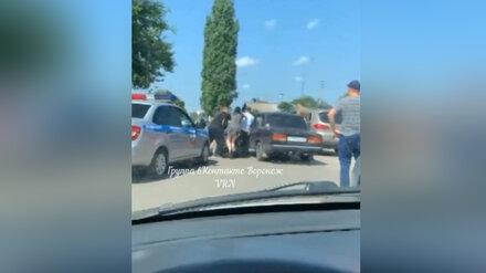 В Воронежской области девушку оштрафовали на 50 тысяч за попытку задушить полицейского