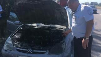 В Воронежской области инспекторы ДПС потушили загоревшийся на трассе автомобиль
