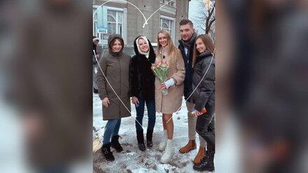 Работавший в «красной зоне» врач раздал на улице цветы воронежским девушкам