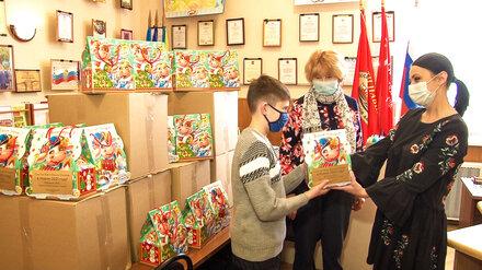 Дети погибших военных получили новогодние подарки от воронежского сенатора