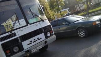 В Воронеже попала на видео объехавшая пробку по тротуару маршрутка