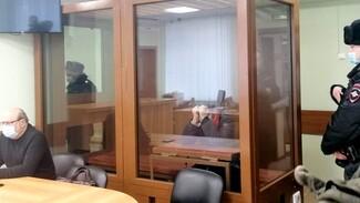 Появились первые фото обвиняемого в убийстве учительницы из зала суда в Воронеже