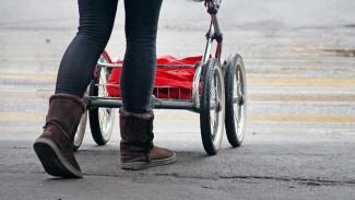 В Воронеже ВАЗ вылетел на тротуар и сбил коляску с ребёнком