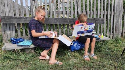 Школьные наборы от сенатора Сергея Лукина получили дети в двух районах Воронежской области