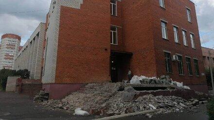 У корпуса Воронежского госуниверситета обрушилась ветхая лестница