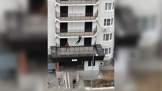 Воронежцы сняли на видео опасные развлечения подростков на балконах многоэтажки