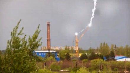 Попадание молнии в строительный кран в Воронеже сняли на видео