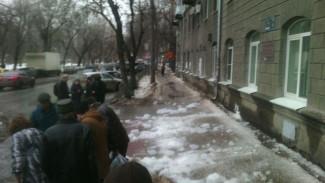 В Воронеже парень пострадал от глыб льда, упавших с крыши возле детской поликлиники