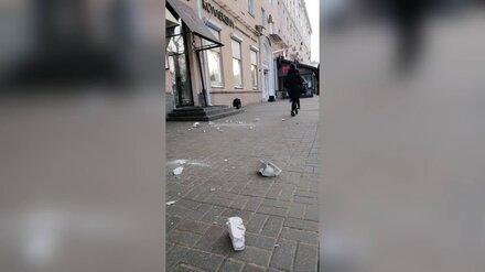 В центре Воронежа карниз жилого дома обрушился на тротуар
