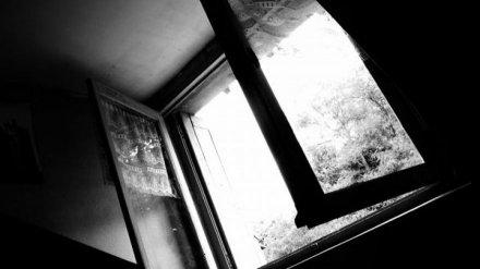 В Воронеже 57-летняя женщина разбилась при падении из окна 5 этажа