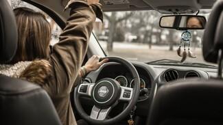 В Воронеже недовольная парковкой пенсионерка получила перелом после пинка автомобилистки