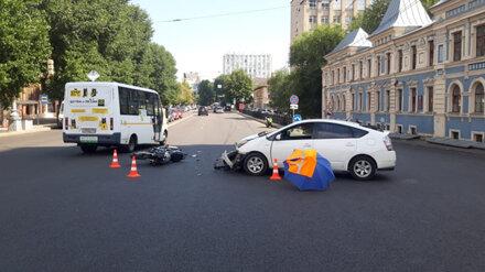 В центре Воронежа в ДТП с иномаркой пострадал байкер