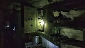 Ночью в жилом доме Воронежа загорелись электрощиты на всех этажах