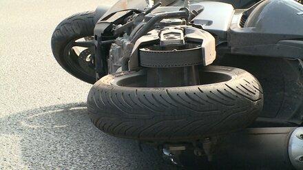 Байкер и 23-летняя пассажирка пострадали в ДТП на выезде из Воронежа
